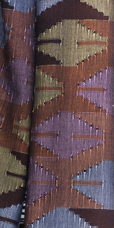 Maxi Schal und Tablecloth gewebt in Dhaka, einer alten Webtradition in Nepal. Bestell-Modell im Wohnmagazin ELLE Dekoration. All in one: Schal und Tischdekoration.